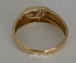 VINTAGE MEN'S 10 KT. YELLOW GOLD RING WithDIAMOND CHIP